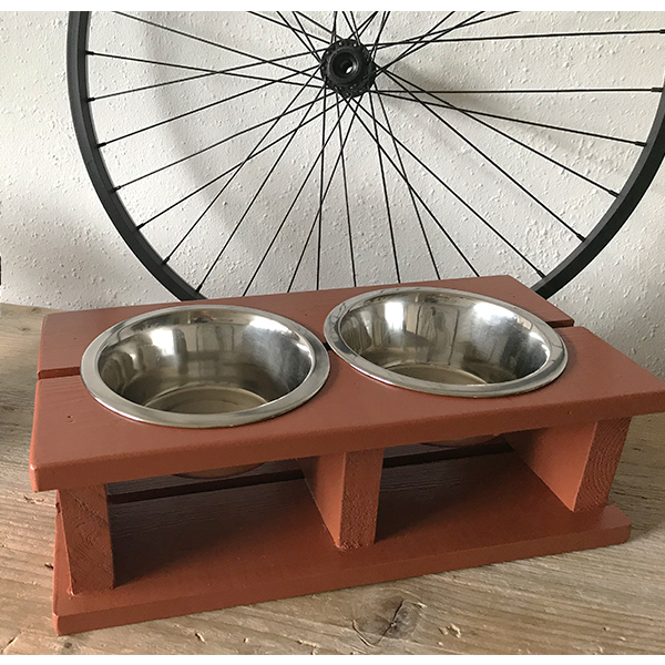 roestbruine houten voerbak nassen honden en kattenzooi